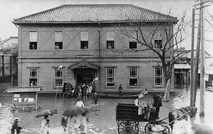 水害時の逓送馬車(本所郵便局)