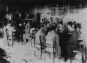 マン式交換機室 マン式交換機室 東京最初の直列複式交換機室 前へ 歴史|収蔵品のご紹介|郵政博物