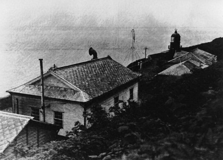 汐首岬灯台(左後方より見る)